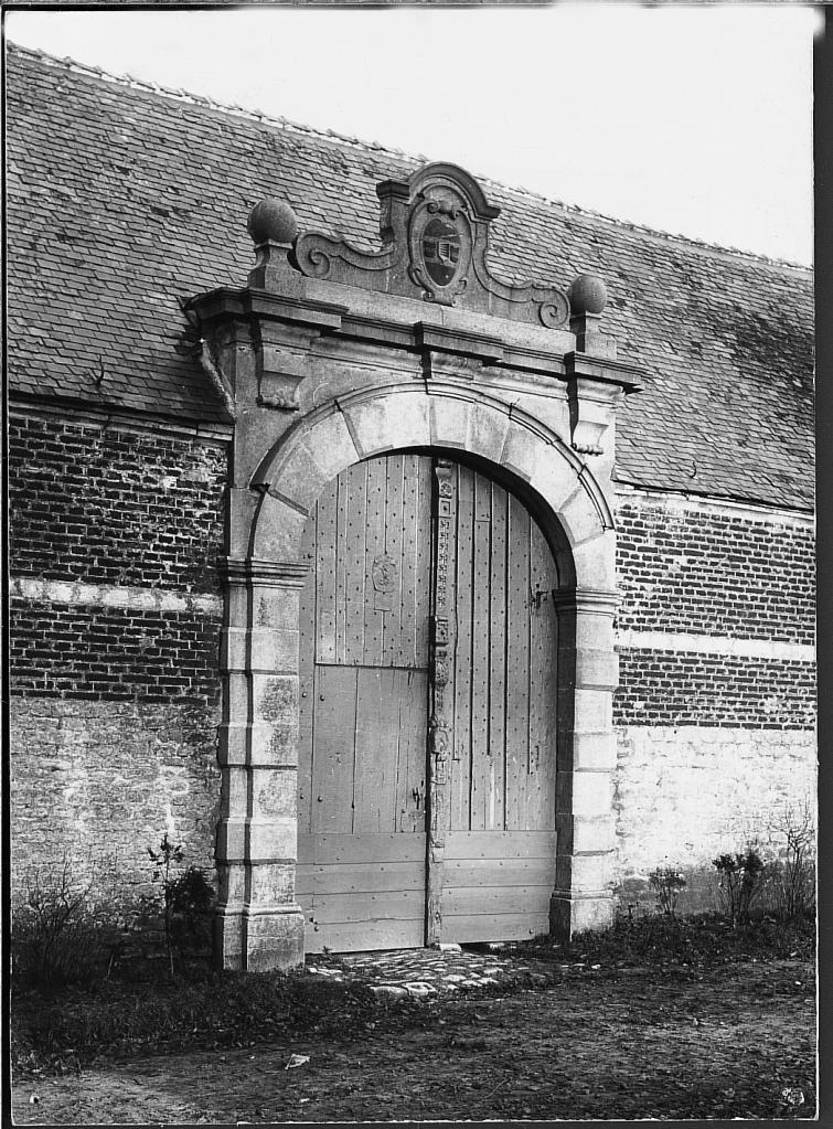 Portail d'entr+®e du ch+óteau surmont+® des armoiries de la famille Kieffelt 1899 Coll. Mus+®e communal de WSL