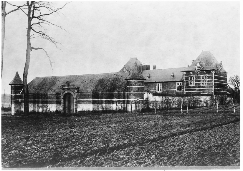 Vue d'ensemble avant la r+®novation de la partie centrale du corps de logis 1892 Coll. Mus+®e communal de WSL