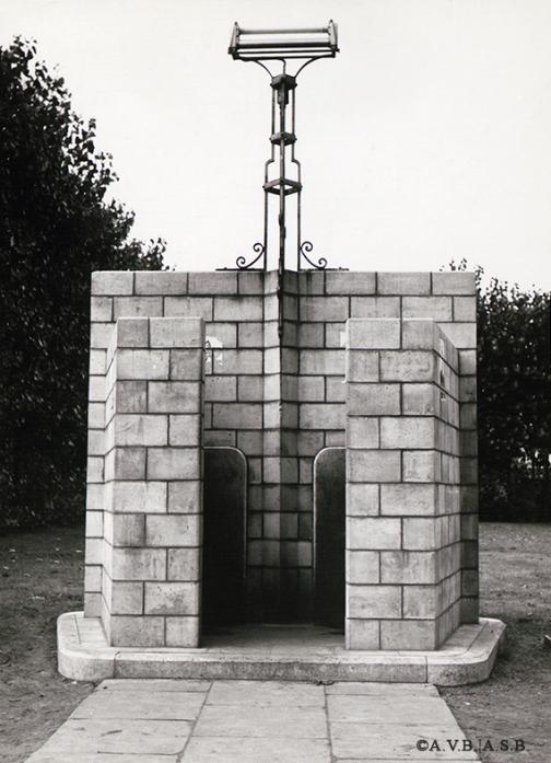 Urinoir public avec éclairage par tube fluorescent (1955-1960) | Openbaar urinoir verlicht door een TL-lamp (1955-1960)