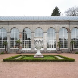 Vase en marbre dans le parc de Mariemont | Marmeren vaas in het Mariemont park - © Céline Bataille (2003)